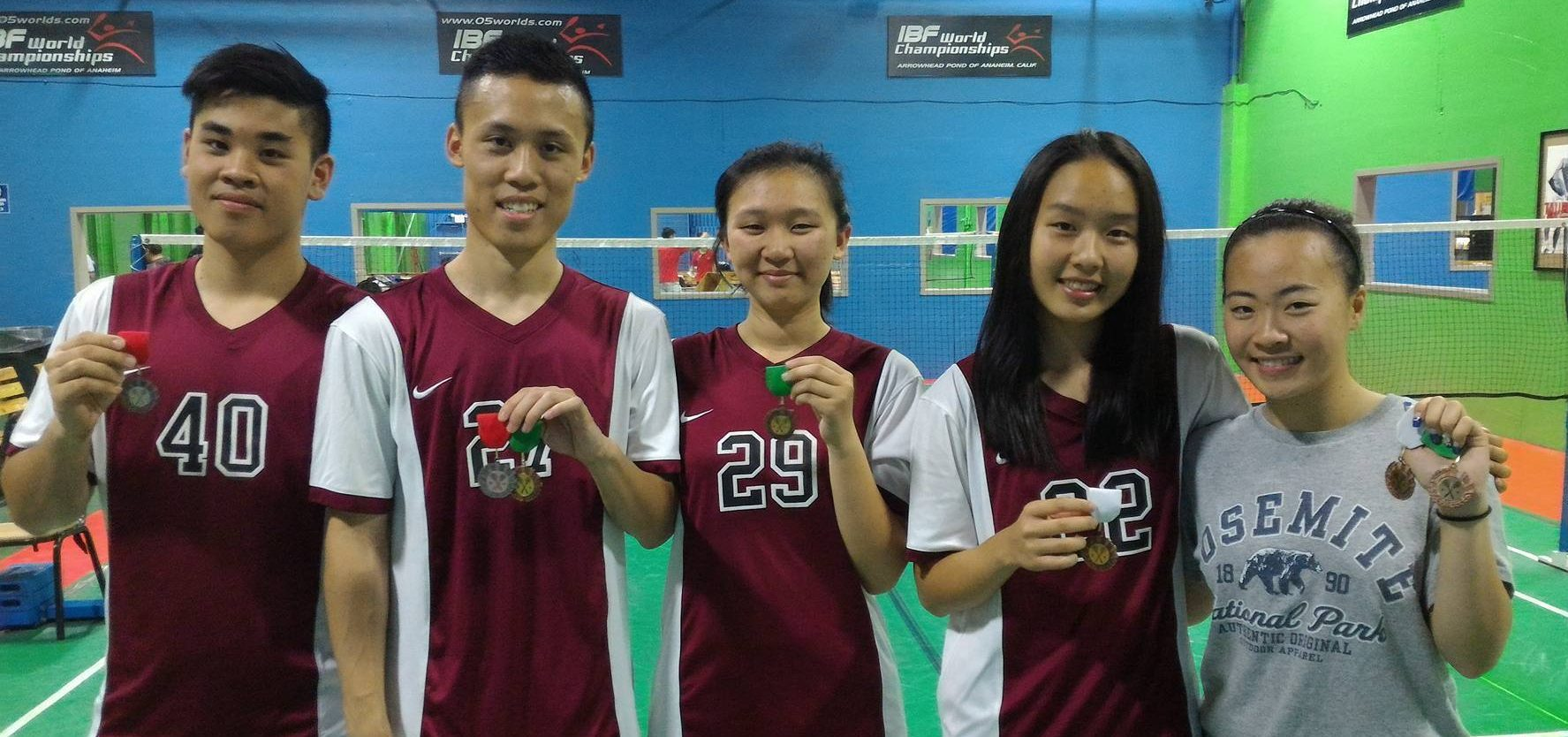 Members of the varsity badminton team pose with their Almont League medals. From left to right: Sophomore Kevin Chen, senior Lawrence Chen, junior Jessica Lee, freshman Emily Zhou, and senior Kimberley Wong. COURTESY OF LAWRENCE CHEN